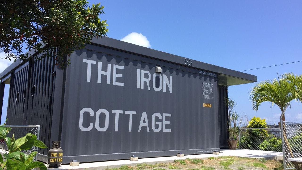 沖縄、屋我地島の高台に立つ「鉄のコテージ」