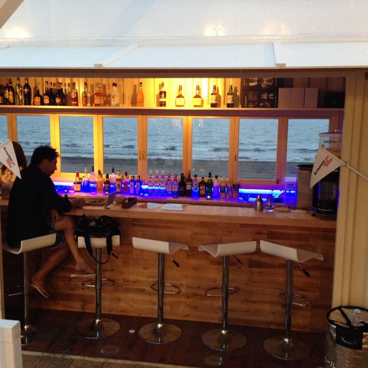 コンテナハウスの海の家 内部にはバーも